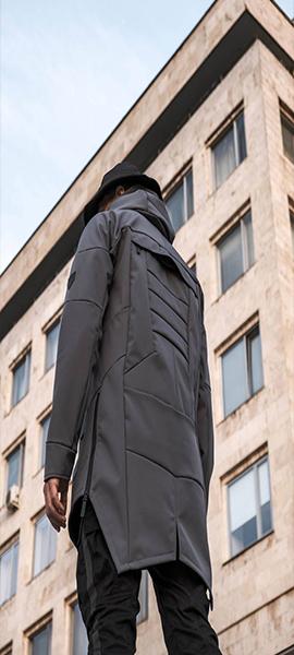 Мужчина в куртке с капюшоном