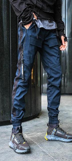 Парень в камуфляжных штанах